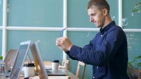 Lustiger Programmierer Geek Puts auf Gläsern, Flex seine Hände und fängt das Schreiben an, das schnell auf Laptop im Büro verrück stock footage