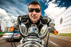 Lustiger Radfahrer, der auf der Straße läuft Stockfotos