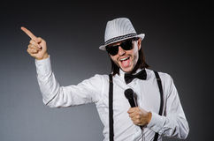 Lustiger Sänger mit Mikrofon Stockfotos