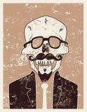 Lustiger Schädelhippie-Charakter mit einem Schnurrbart und einem Bart Typografisches Retro- Schmutz Halloween-Plakat Auch im core Lizenzfreies Stockfoto
