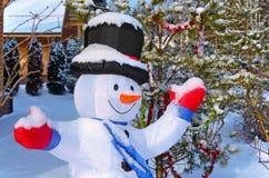 Lustiger Schneemann auf dem Hintergrund des Weihnachtsbaums Lizenzfreie Stockfotografie
