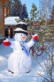 Lustiger Schneemann auf dem Hintergrund des Weihnachtsbaums Lizenzfreies Stockbild