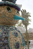 Lustiger Schneemann, gemacht von aufbereiteten Materialien lizenzfreie stockbilder