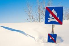 Lustiger Signpost in der Schneewehe Stockfotos