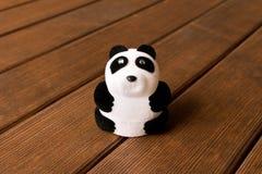 Lustiger Spielzeug Panda auf einem Holztisch lizenzfreies stockbild