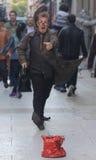 Lustiger Straßenkünstler in der absurden Klage Lizenzfreie Stockfotos