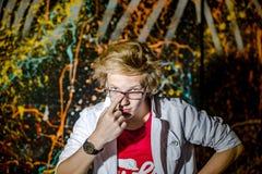 Lustiger Teenager, der wie ein verrückter Professor oder ein Student aufwirft Lizenzfreies Stockfoto