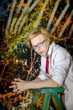 Lustiger Teenager, der wie ein verrückter Professor oder ein Student aufwirft Stockfoto