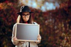Lustiger trauriger Pouty-Student Holding ein Tafel-Zeichen lizenzfreie stockfotografie