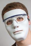 Lustiger und verrückter Kerl mit einfacher weißer Maske Lizenzfreie Stockfotografie