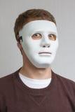 Lustiger und verrückter Kerl mit einfacher weißer Maske Stockbild