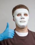 Lustiger und verrückter Kerl mit einfacher weißer Maske Stockfotos