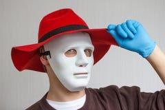 Lustiger und verrückter Kerl mit einfacher weißer Maske Lizenzfreies Stockfoto