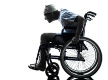 Lustiger unvorsichtiger verletzter Mann im Rollstuhl Stockfotos