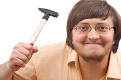 Lustiger verrückter Kerl mit einem Hammer Lizenzfreies Stockfoto