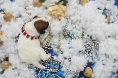 Lustiger Welpe die postkarte neuen Jahres und Weihnachts Lizenzfreies Stockfoto
