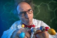 Lustiger Wissenschaftler mit Molekülen modellieren stockbilder