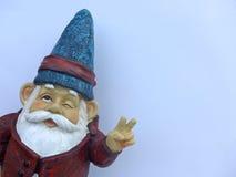 Lustiger Zwerg mit einer roten Jacke und einem blauen Hut Lizenzfreies Stockfoto