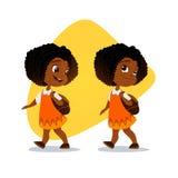 Lustiges afroes-amerikanisch kleines Mädchen, das mit einem Rucksack geht Lizenzfreie Stockfotos