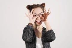 Lustiges attraktives herumblödelndes Hippie-Mädchen, glückliches Lebensstilkonzept Stockfotografie