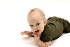 Lustiges Baby auf der weißen Decke Stockbild