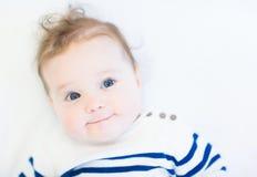 Lustiges Baby in einem gestreiften Marinehemd Lizenzfreie Stockfotos