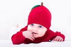 Lustiges Baby in einem roten Apfelhut Lizenzfreies Stockbild