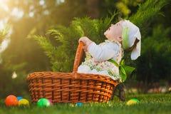 Lustiges Baby im Korb im grünen Park lizenzfreie stockfotografie
