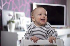 Lustiges Baby im Raum mit modernem Design Stockfotos