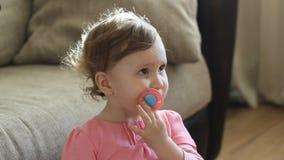 Lustiges Baby mit einem Friedensstifter stock video