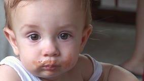 Lustiges Baby verwirrte ganz oben vom Mittagessenhusten stock video