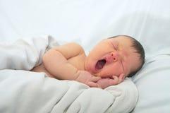 Lustiges Babygesicht, neugeboren mit Gelbsucht auf weißer Decke, Säuglingsgesundheitswesen stockbilder