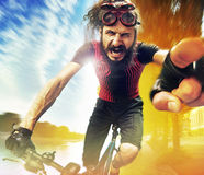 Lustiges Bild eines schreienden Radfahrers Lizenzfreie Stockbilder