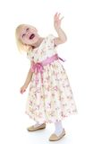 Lustiges blondes Gestikulieren des kleinen Mädchens Lizenzfreies Stockbild