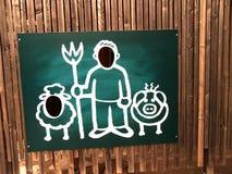 Lustiges Brett mit Formen des Mannes, des Schweins und der Schafe Lizenzfreies Stockfoto