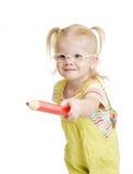Lustiges chil in den Brillen, die durch roten Bleistift zeigen Stockbilder
