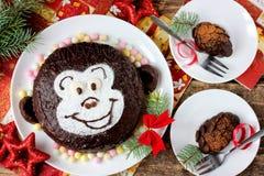 Lustiges children& x27; s-Kuchenaffe und -schokolade pinecones Stockfotos
