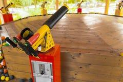 Lustiges e färbte Luftgewehre am Spielplatz lizenzfreies stockbild