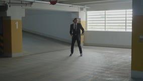 Lustiges in einen Untertageparkplatz froh tanzen des Geschäftsmannes und springen, um sein Glück von gefördert werden auszudrücke stock video