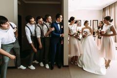 Lustiges Foto der Paare und ihrer Freunde Stockfotos