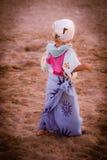 Lustiges gekleidetes blondes Baby auf dem Strand Stockfotografie
