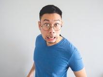 Lustiges Gesicht des entsetzten asiatischen Mannes stockfotografie