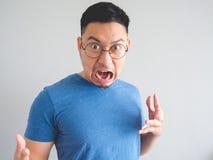 Lustiges Gesicht des entsetzten asiatischen Mannes lizenzfreies stockbild