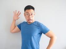 Lustiges Gesicht des entsetzten asiatischen Mannes lizenzfreie stockbilder