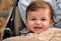Lustiges Gesicht des kleinen Jungen stockfotos