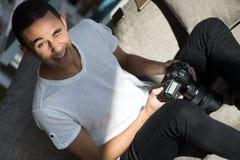 Lustiges Gesicht eines Fotografen zu Hause Lizenzfreie Stockfotografie