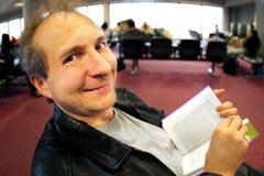 Lustiges Gesicht am Flughafen lizenzfreie stockfotografie