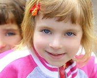 Lustiges gestikulierendes Gesicht des blonden Portraits des kleinen Mädchens Lizenzfreies Stockbild
