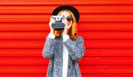 Lustiges glückliches Mädchen mit Retro- Kamera Lizenzfreie Stockfotografie