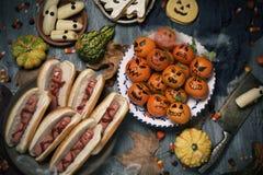 Lustiges Halloween-Lebensmittel auf einer rustikalen Tabelle lizenzfreie stockfotos